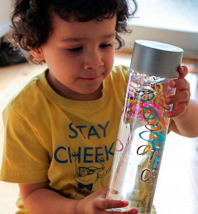 Сенсорная бутылка с цветными резиночками своими руками