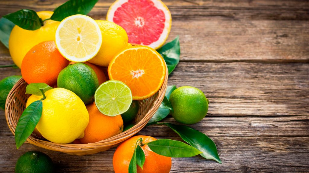 Цитрусовые, такие как апельсины, грейпфруты, лимоны и лаймы, богаты фолатом.